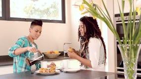 Pares lesbianos felices que desayunan junto metrajes