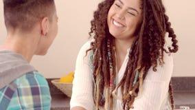 Pares lesbianos felices que hablan y que llevan a cabo las manos almacen de metraje de vídeo