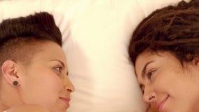 Pares lesbianos felices que miran el uno al otro almacen de video