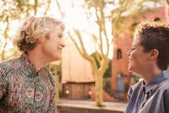 Pares lesbianos jovenes despreocupados que ríen y que bailan en la ciudad Fotos de archivo