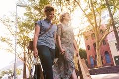 Pares lesbianos jovenes que disfrutan de compras del día en la ciudad Fotografía de archivo libre de regalías