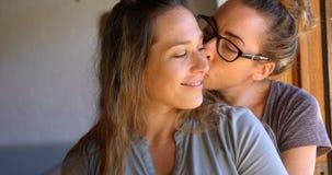 Pares lesbianos que se abrazan en casa 4k metrajes