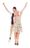 Pares lesbianos que se colocan con los brazos aumentados Imagen de archivo libre de regalías