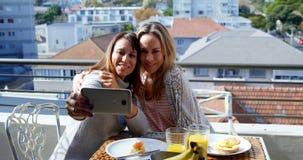 Pares lesbianos que toman el selfie en el balcón 4k almacen de video