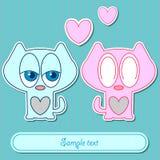 Pares lindos de la tarjeta romántica de gatitos Foto de archivo