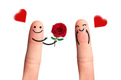 Pares lindos en amor con el smiley, dando una rosa, aislada con cl Foto de archivo libre de regalías