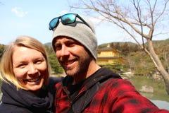 Pares lindos jovenes en el templo de oro en Kyoto Fotos de archivo
