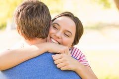 Pares lindos que abrazan en el parque Imágenes de archivo libres de regalías