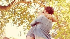 Pares lindos que abrazan en el parque almacen de video