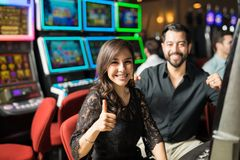 Pares lindos que ganan en un casino foto de archivo