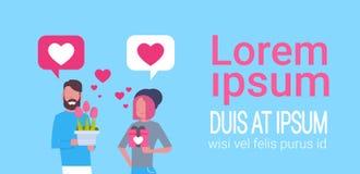 Pares lindos que sostienen los regalos sobre el fondo Valentine Day Holiday Celebration Concept de la plantilla Fotos de archivo libres de regalías