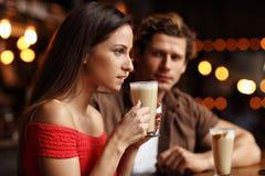 Pares lindos una fecha en el café Fotos de archivo libres de regalías