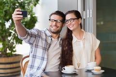 Pares lindos una fecha que toma un selfie Imágenes de archivo libres de regalías