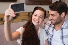 Pares lindos una fecha que toma un selfie Foto de archivo