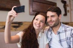 Pares lindos una fecha que toma un selfie Fotografía de archivo
