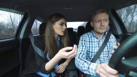 Pares locos atractivos que discuten fuertemente al montar en el coche almacen de metraje de vídeo