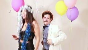 Pares loucos que têm a grande dança do tempo na cabine da foto vídeos de arquivo