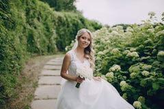 Pares louros bonitos do casamento Fotografia de Stock Royalty Free
