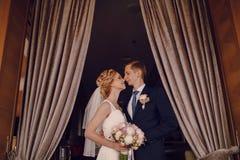 Pares louros bonitos do casamento no restaurante Imagens de Stock