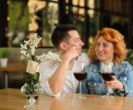 Pares Loving em um café Fotos de Stock Royalty Free