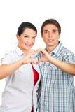 Pares Loving em um hug que dá forma ao coração foto de stock royalty free