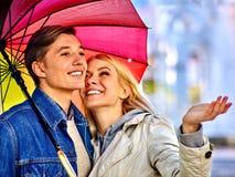 Pares loving em uma data sob o guarda-chuva Fotografia de Stock