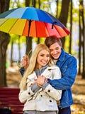 Pares loving em uma data sob o guarda-chuva foto de stock