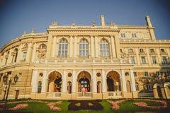 Pares loving felizes que enganam, sentando-se fora no balcão de Odessa Opera House e olhando se Imagem de Stock
