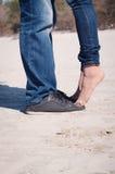 Pares Loving na praia fotografia de stock