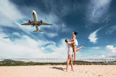 Pares loving na praia perto do aeroporto foto de stock