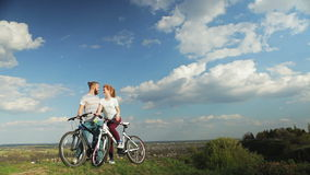 Pares loving nas bicicletas que estão em um monte alto filme