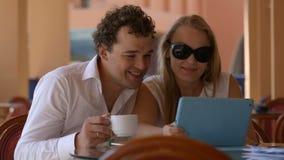 Pares loving no café com touchpad vídeos de arquivo