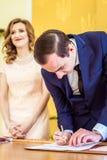 Pares loving no escritório de registro foto de stock royalty free