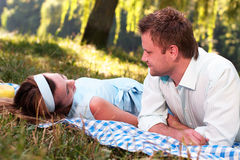 Pares Loving no parque Foto de Stock Royalty Free