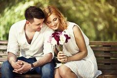 Pares loving no parque Imagens de Stock Royalty Free