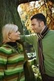 Pares Loving no parque do outono Fotos de Stock Royalty Free