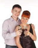 Pares loving novos com vidros de vinho vermelho nas mãos Fotografia de Stock Royalty Free