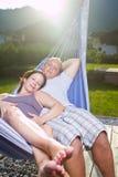Pares loving novos no verão Fotografia de Stock