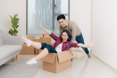 Pares loving novos que movem-se para uma casa nova Conceito da casa e de fam?lia fotografia de stock
