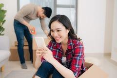 Pares loving novos que movem-se para uma casa nova Conceito da casa e de fam?lia fotos de stock royalty free