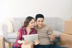 Pares loving novos que movem-se para uma casa nova Conceito da casa e de fam?lia imagem de stock