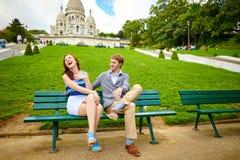 Pares loving perto do Sacre-Coeur em Paris Foto de Stock Royalty Free