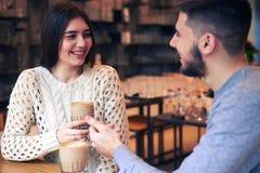 Pares loving que apreciam a conversação durante a ruptura de café fotografia de stock