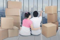 Pares loving que apreciam o apartamento novo Imagens de Stock Royalty Free
