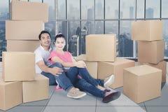 Pares loving que apreciam o apartamento novo Fotografia de Stock