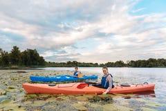 Pares loving que apreciam a paisagem bonita ao enfileirar na canoa fotografia de stock