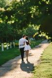 Pares loving que beijam-se levemente imagens de stock royalty free
