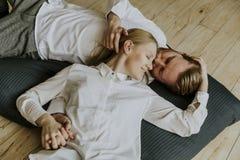 Pares loving que encontram-se e que beijam no assoalho foto de stock royalty free