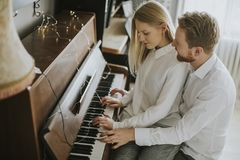 Pares loving que jogam o piano fotografia de stock royalty free