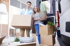 Pares loving que movem-se para a casa nova imagem de stock royalty free